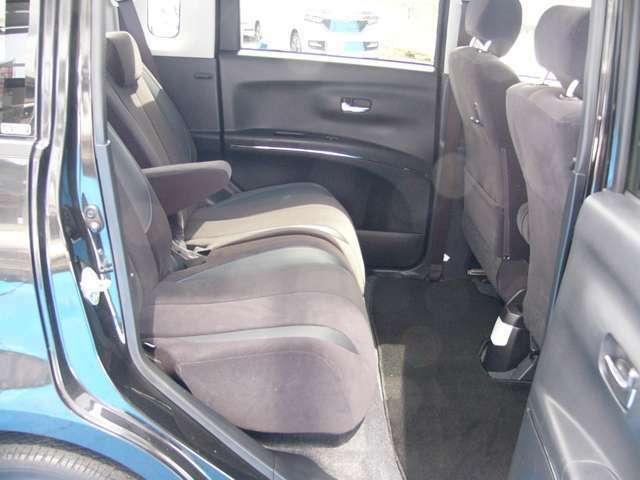 後席はスライド機能付でゆったり乗車できます