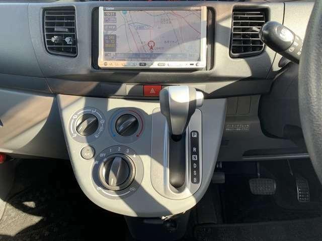 オーディオは、社外HDDナビ(クラリオン/MAX675DT)、ワンセグテレビ(走行中可能)、DVD再生、CD録音機能、ETC車載器などの機能があり、スマ-トKEYや純正セキュリティなどもついております