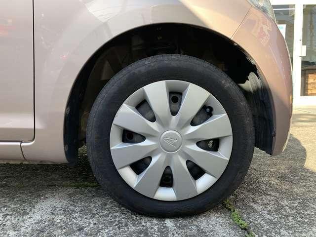 タイヤはノーマルタイヤを履いており、タイヤサイズは155/65R14、タイヤ山はおおよそ各6分山程度と、割と残っている印象を受けました。 スペアタイヤは積み込んでおります。 内外装は現車でご確認下さい