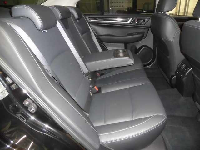 足元も広々とした後部座席です!ドリンクホルダー付きアームレスト装備で後席の方も快適な時間をお過ごし頂けます!!