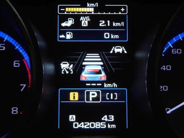 各種燃費情報、アイサイトを始めとした車両機能の作動状況等さまざまな車両情報を表示するマルチインフォメーションディスプレーがメーターセンターに配置されています!!