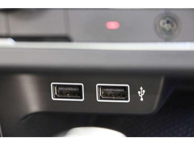 エアコンのスイッチ下に2つUSBポートがあります。