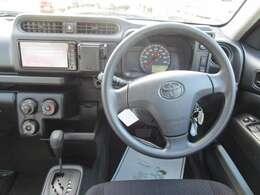 ワイヤレスキー マニュアルエアコン オートライト 機能的な運転席まわりです 車両取扱説明書あり