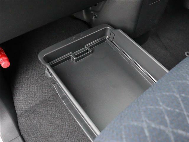 【 助手席シートアンダーボックス 】大容量の収納ボックスを助手席下に搭載!隠れた収納でスマートに整理整頓できますね!