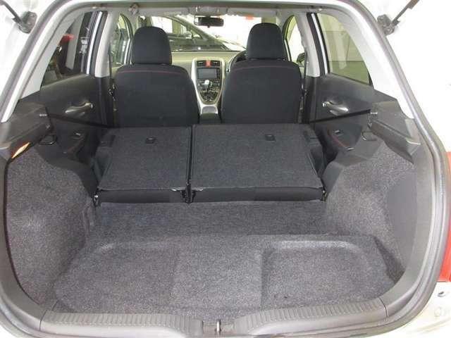 リヤシートバックを倒せば広いラッゲジスペースが。タイヤ4本も楽に収納できます。