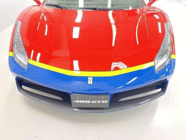 テーラーメイドならではのRosso Corsa(レッド)・Giallo Modena(イエロー)・Blu Laguna(ブルー)の3色の切り替えし。フロントスポイラーは勿論カーボン仕様です。