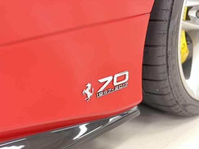 サイドステップ上部に配置された70周年記念ロゴ。2017年当時の現行5車種各70台限定となっております。