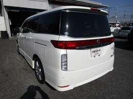 エルグランドの左リヤビュー UV&プライバシーガラスで、車内の紫外線&プライバシーをシャットアウト