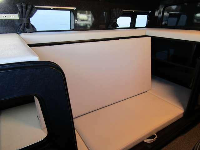 上部マットを下すと2名がけのシートに!下のベッドも185cm×92cm♪