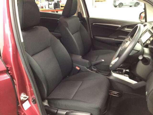 手触りがとても良く、快適な座り心地のシートは高さ調整機能付き。(運転席のみ)     ※エアコンや送風に連動して空気清浄や脱臭などに効果を発揮するプラズマクラスター技術搭載フルオートエアコン装備