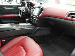 助手席には十分なスペースが備わり同乗者の方も快適にお過ごし頂けます!プレミアムインテリアがより上質で高級感のある車内空間を演出致します!!