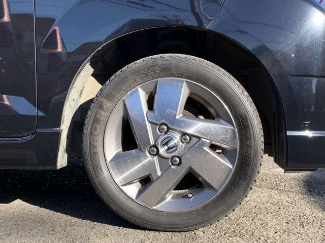 タイヤは純正14インチAWにノーマルタイヤをはいており、タイヤ山はおおよそ各4分山程度、タイヤサイズは165/55R14、スペアタイヤ積込みです。 新車時保証書や車両の取扱説明書もちゃんとついてます!