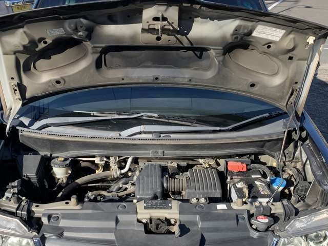 この型はタイミングベルト式のお車ですが、エンジンルーム内に交換を示すステッカーなどは見受けられませんでしたので、おそらくは未交換かと思われます。 まだまだ8万km台ですので早急な交換は不要かと思います