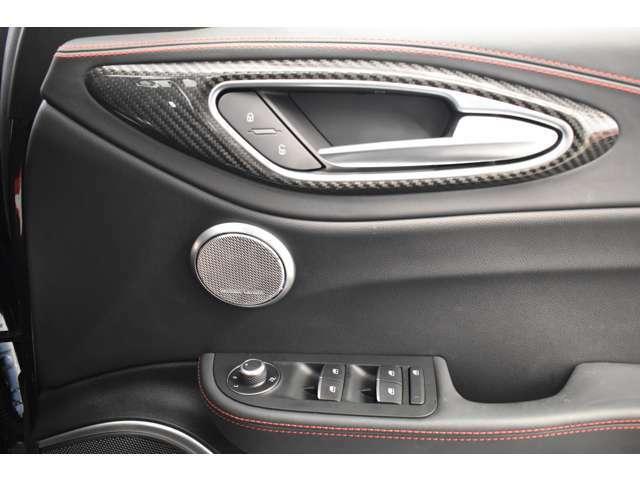 ハーマンカードン900W14スピーカーを搭載。