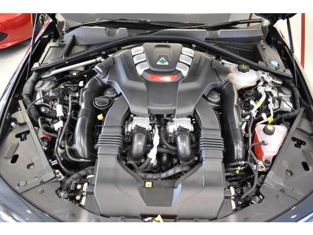 V型6気筒DOHC24バルブインタークーラー付きツインターボ。
