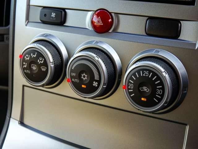 温度調整はもちろん、風量、風向、コンプレッサーのオンオフまで自動で管理!賢いフルオートエアコン装備!もちろんツインエアコンなので功績も快適