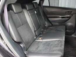 アルカンターラ+合成皮革のシートが採用されています。前後席間の間隔延長と前席シートバック形状の工夫で、ゆったりとくつろげる後席空間を確保しています。
