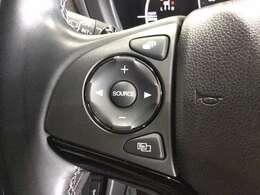 ハンドルにオーディオの操作ボタンがございます。視点を移さず、左手をハンドルから離す事なく放送局選びや曲飛ばし、ボリューム調整やモード切替が簡単にできるので運転に集中でき安全です