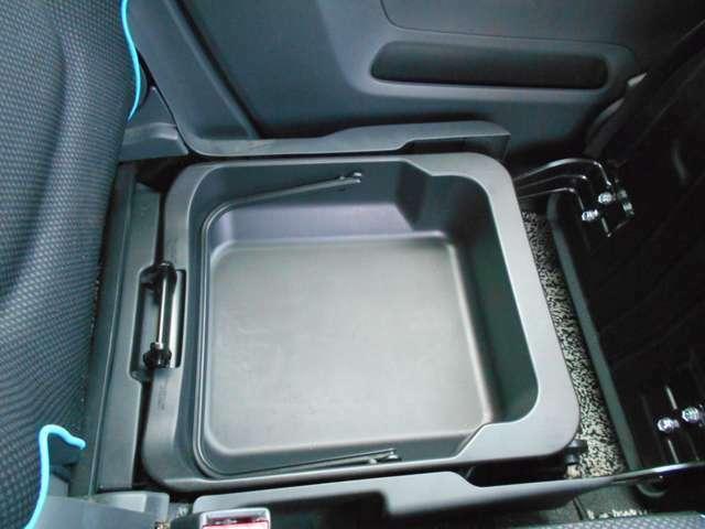 シート下にも収納がありとても便利ですよ。