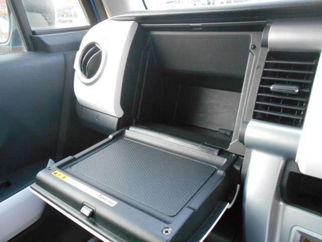 助手席には車検証入れを収納できるスペースを確保しております!