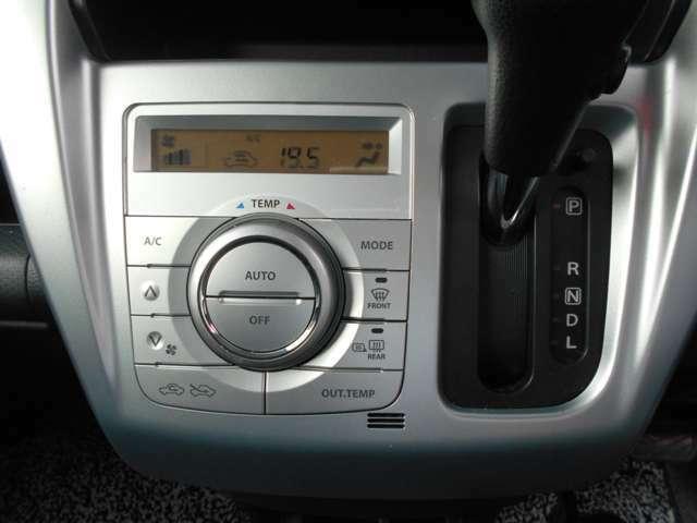 オートエアコンが付いておりますので、エアコンなど温度調整だけで簡単操作に扱うことができます!