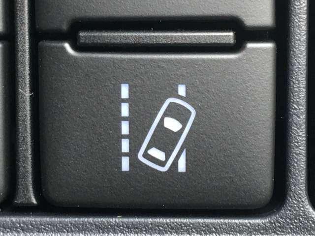 【レーンディパーチャーアラート】道路上の白線・黄線をセンサーで認識。ウィンカー操作を行わずに車線を逸脱する可能性がある場合、ブザーとディスプレイの警報でお知らせ。安全運転をサポートします。