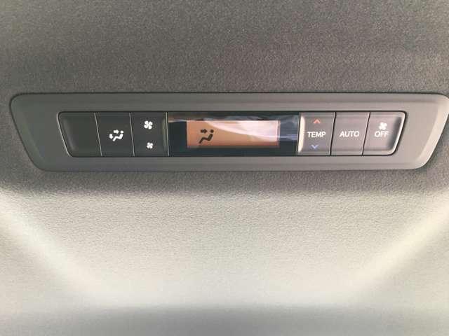 【リアオートエアコン】後席にもオートエアコンを装備。全席で季節を気にせず快適にドライブを楽しめます。