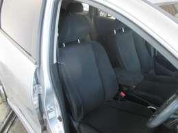 運転席のお写真です。 広い足元にゆったり座れるシートは長距離の運転でも疲れにくくなっております♪