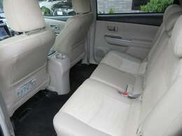 ゆったりとした後部座席も高級感あるハーフレザーシートになっております。