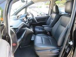 黒革シートで内装もクールに決まってます。前席はシートヒーターが付いてます。あっと言う間にお尻はポカポカ。寒い日の運転では嬉しい装備です。