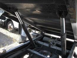 ご覧の様に荷台可動のホイストシリンダーは2本タイプ。荷台端を支えますので、積載時可動の安定感が増します