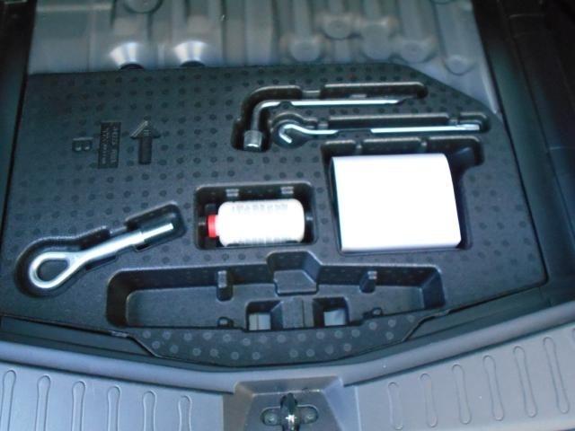ラゲッジスペース床下にはパンク修理キットと工具を装備。