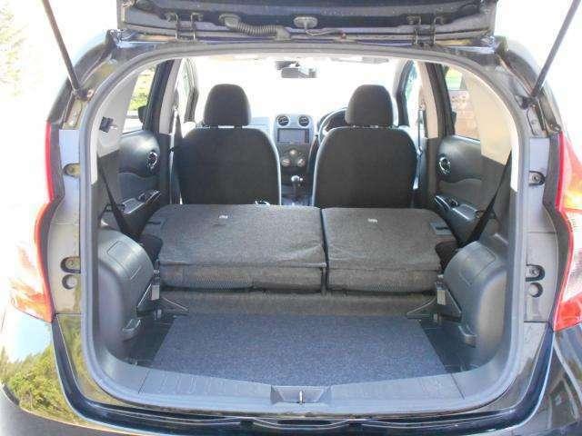ラゲッジスペース  後席のシートを両側倒した状態。 段差はありますが沢山の荷物を積み込めます。 (シートは左右別々に倒す事が出来ます。)