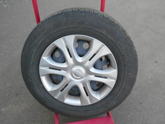 夏タイヤには純正ホイールカバー+スチールホイール (タイヤの残り溝は約6ミリです。)
