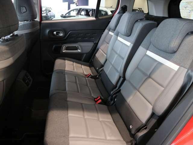 後部座席のスペースも十分あり、長時間のドライブも快適にお乗り頂けます!