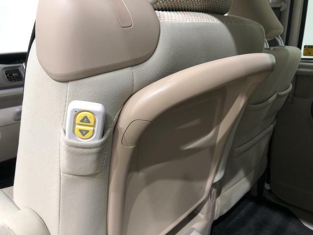 リモコンポケット&大型アシストグリップ☆後席の乗り降りを楽にしてくれるグリップです(^^♪