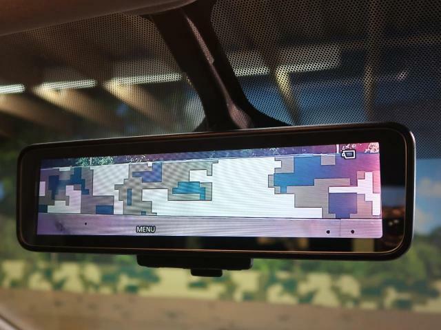インテリジェントミラー 後方の映像を映してくれるので、荷物が多い時などでも安心です♪