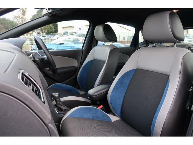 無段階調整の手動シートは衝突安全性を考え、リクライニングをダイヤル式にしております。正しい乗車姿勢によって運転のしやすさと、万が一の際に乗員保護能力を最大限に高めます。