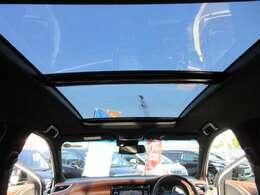 専用ガラスルーフ&サンルーフ付き♪ グレード専用装備となります♪ 車内の開放感もあり、明るくなりますね♪