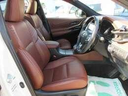 専用インテリア&専用ブラウン本革シート搭載♪ 高級感のある専用シートで車内の雰囲気も明るくなり、人気の内容となります♪