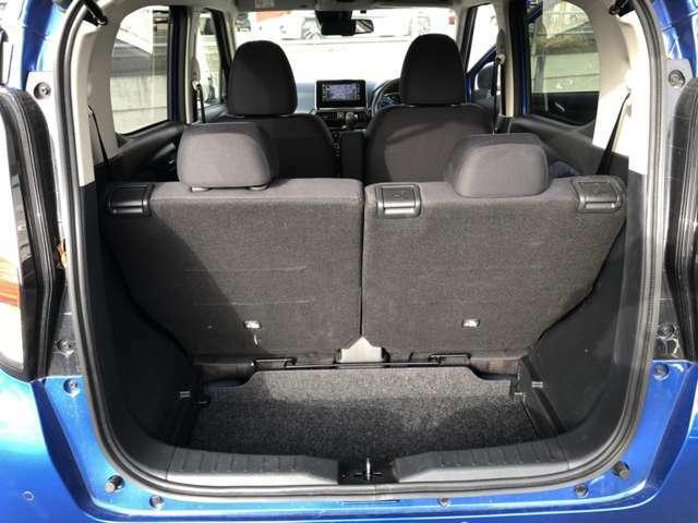 後部座席を倒すことで、より広い荷室空間が確保できます。