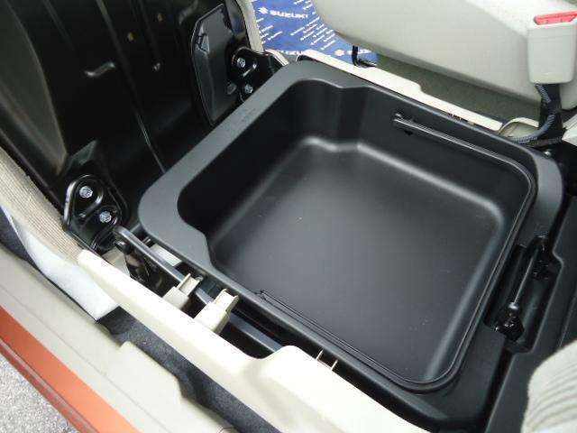 大容量の助手席下収納ボックス