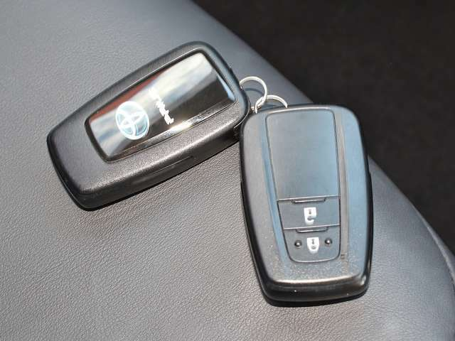 ☆スマートキー☆バックやポケットの中に入れたままで、ドアの開閉・エンジン始動が出来ます。鍵を探す手間が省けるので雨の日や夜間、手荷物が多い時など特に便利です!