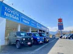 外壁には国産メーカーの名前がズラリ!全メーカーの新車を取り扱っております♪未使用車もありますよ☆