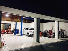 車両の仕入れから整備販売までをすべて「本当の意味でのプロフェッショナルである2級整備資格者」が行っております。