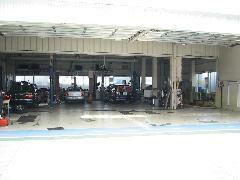 整備工場内には4つのリフトがあり、車検からエンジンなどのオーバーホールなど多種多様の作業に対応してます。