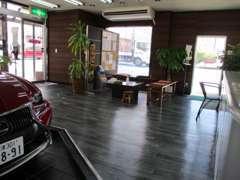 商談ルーム&待合室も広々です♪ マサージチェアー&TVがありちょっとした修理でお待ち頂いた時でもゆったり出来ます。