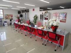 赤を基調とした商談スペースになります!席は豊富にございますのでご家族でお越し頂いてもOKですよ!