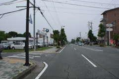 -南から-イオン入野店東側交差点を北へ約1.7km、道の左側です。