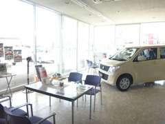 商談スペースです。明るい店内には新車やパーツなどの商品も取り揃えております。お気軽にご来店下さい。
